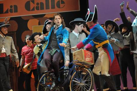 Jonathan Beyer (Figaro) and the ensemble of Il Barbiere di Siviglia (Opera Philadelphia)